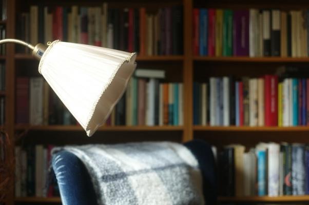 Coprilampada in tessuto per un angolo lettura dal sapore retrò