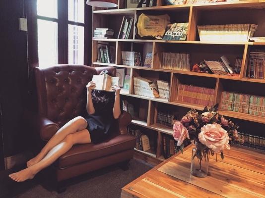 La poltrona da lettura può trovare posto accanto alla libreria