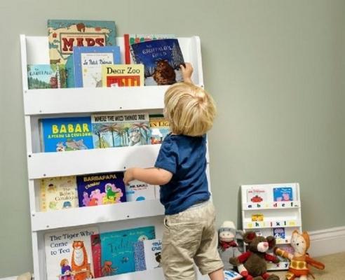 Scegliere scaffali che permettono di vedere le copertine dei libri (foto di myinteriordesig.it)