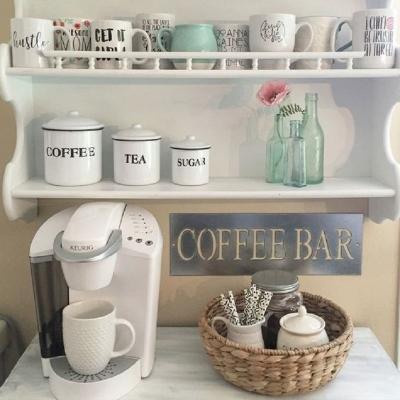 Un angolo caffè arricchito da pratiche mensole, da simplyfutbol.com