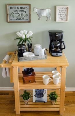 Un carrello portatile per un pratico angolo caffè, da atthepicketfence.com