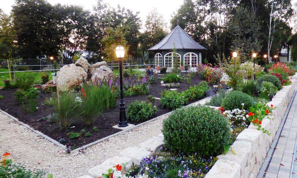 Foto lampade da giardino soluzioni per ogni stile for Soluzioni per sistemazione giardino