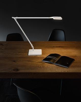 Lampada scrivania stile minimal, da Panzeri