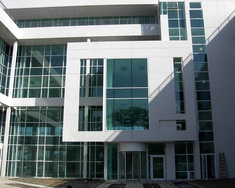 Edificio con facciata continua a montanti e traversi poliedra-sky 50 by metra