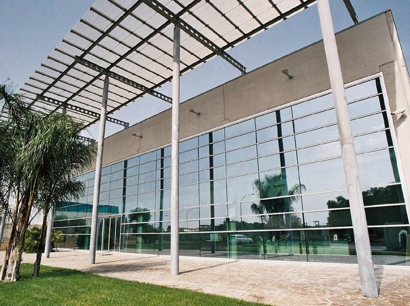 Edificio con facciata continua a montanti e traversi poliedra-sky 50 l by metra