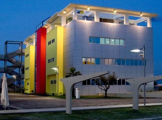 Edificio con facciata continua ventilata urano wall by metra
