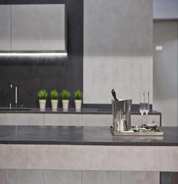 Rivestimento in cemento grigio spatolato, Microtopping di Ideal Work