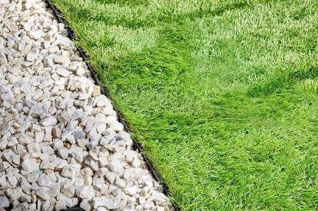 Sassi da giardino come disporli con l'ausilio della bordura da giardino