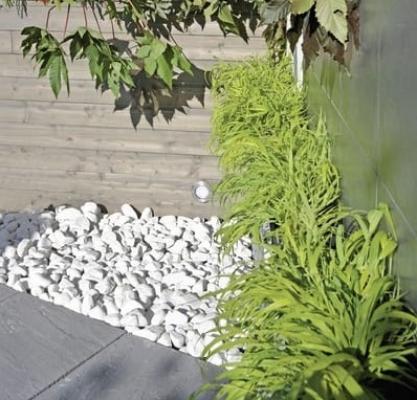Sassi da giardino decorare l 39 esterno con ciottoli e graniglia for Ciottoli da giardino leroy merlin