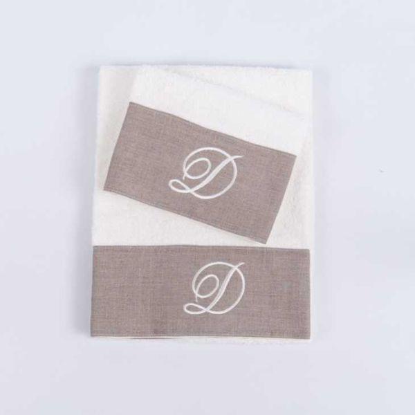 Set asciugamani con iniziale e banda in lino di Innovazioneversilia.com