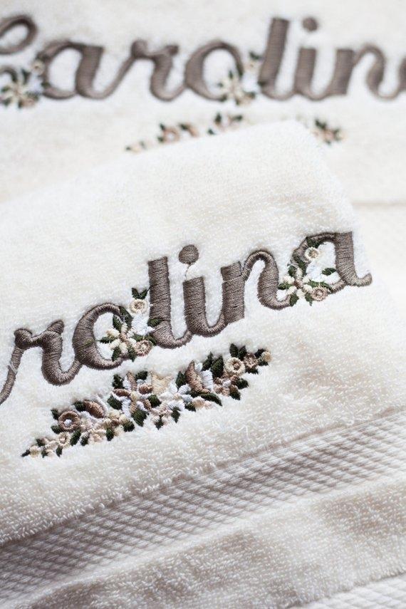 Dettaglio asciugamano personalizzato con nome, by Il Ricamificio