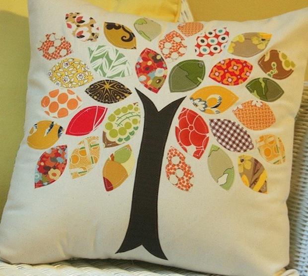 Cuscino con albero di stoffa, da cluckclucksew.com