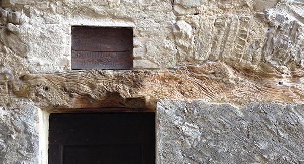 Lungo architrave in legno in un antico edificio rurale