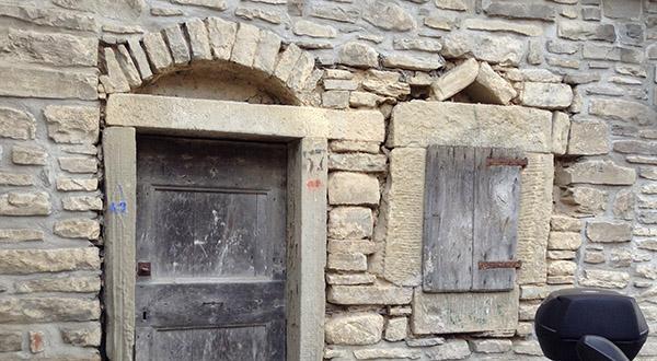 Architravi monolitici in pietra con sordini o archetti di scarico