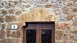 Antico architrave monolitico in pietra di forma triangolare