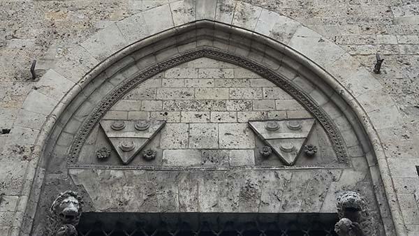 Architrave a piattabanda in conci di pietra sagomati