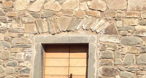Architrave a piattabanda in scaglie di pietra
