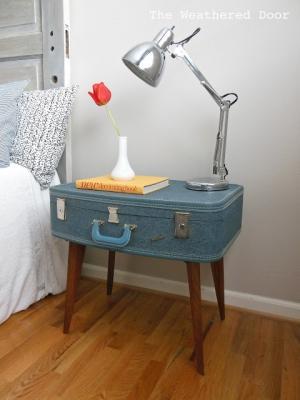 Una vecchia valigia trasformata in comodino, da theweathereddoor.com