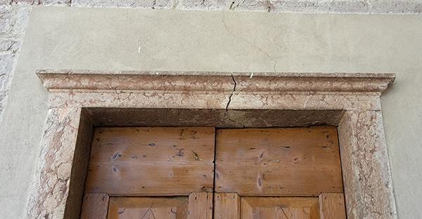 Architrave in pietra gravemente lesionato