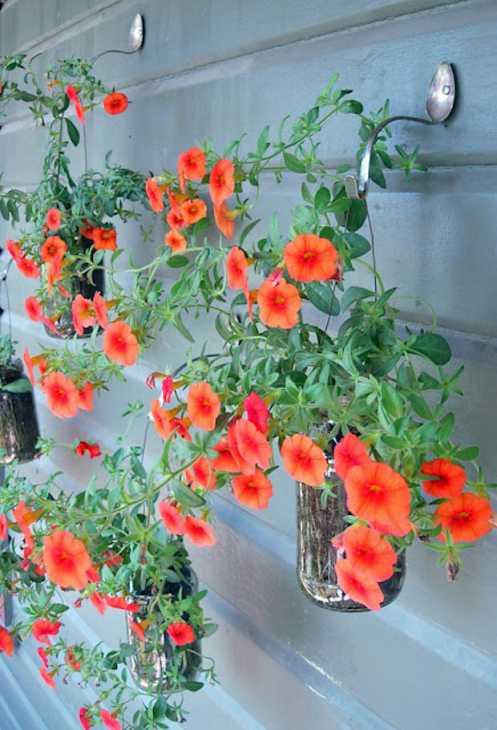 Posate trasformate in ganci per le piante, da hutchstudio.blogspot.com