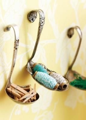 Cucchiai trasformati in porta oggetti, da apartmenttherapy.com