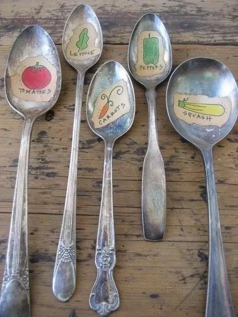 Vecchi cucchiai trasformati in etichette per l'orto, da buzzfeed.com