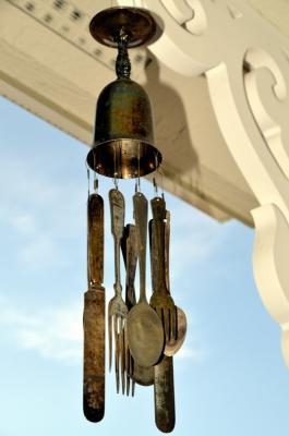 Realizzare uno scacciapensieri con le vecchie posate, da sweetbearcreekwhims.blogspot.com