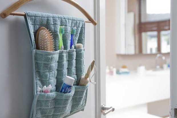Vecchio asciugamano trasformato in organizer per il bagno, da rewardme.in