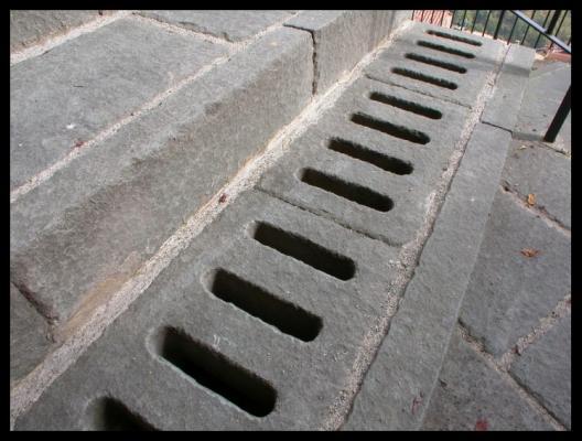 Caditoia in pietra serena di Frosini Pietre