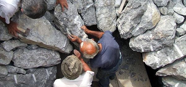 Allestimento della fornace per ottenere la calce viva, by La Banca della Calce