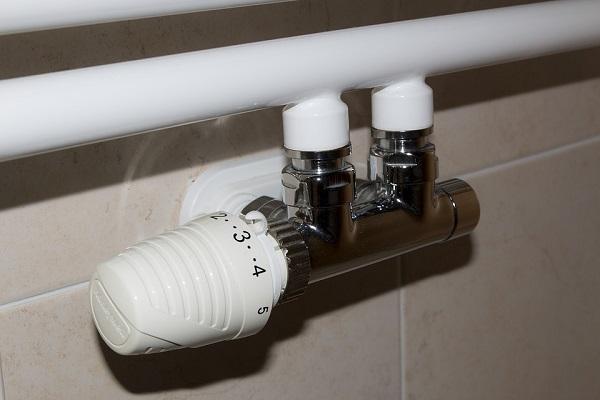 Installare le valvole termostatiche su ogni termosifone