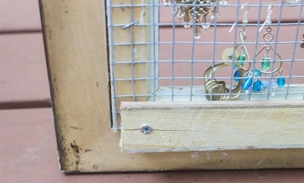 Come fissare la griglia metallica alla cornice, da martysmusings.net