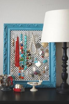 Vecchia cornice trasformata in porta gioie, da saltlakedesignergal.blogspot.com
