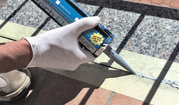 Applicazione del sigillante Protech Flex di Azichem su un balcone