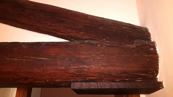 Capriata in legno con lievi danni da tarli