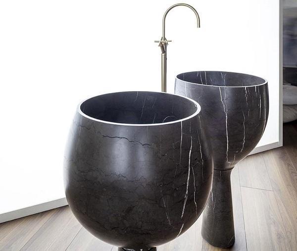 Lavabo in pietra freestanding Amber di Kreoo, design Enzo Berti