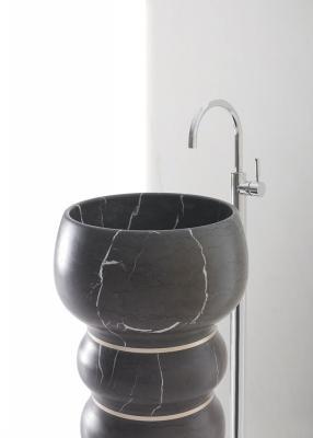 Lavabo in pietra a colonna Bubbles di Kreoo, design Marco Piva