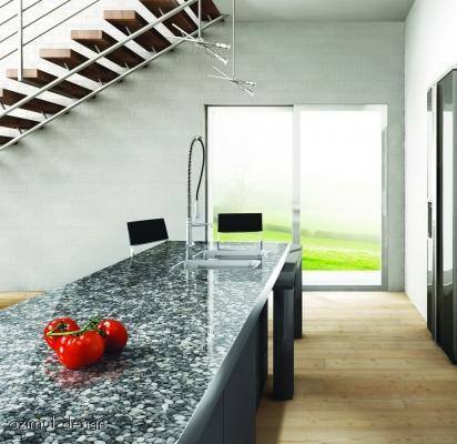 Ciottoli di fiume grigi e resina come piano di lavoro e rivestimento tavolo in cucina di Azimut Design