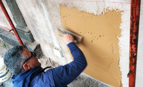 Applicazione manuale degli impacchi per l'estrazione di sali solubili Desal di Ibix Biocare