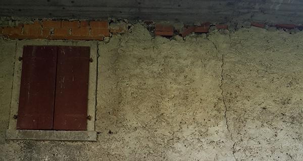 Il cordolo sommitale in cemento armato provoca spesso lesioni caratteristiche