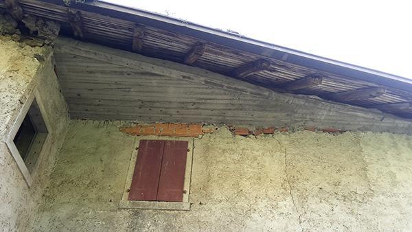 Pericoloso cordolo sommitale di cemento armato in un edificio storico