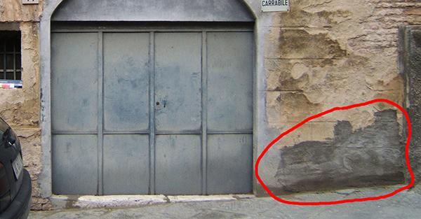 Integrazione incongrua in malta di cemento in un edificio storico