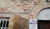 Integrazioni incongrue in malta di cemento in un edificio antico