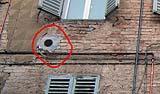 Griglia di aerazione fissata con malta di cemento in un edificio storico