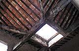 Tetto di una domus di Pompei ricostruito in cemento armato: si nota un grave degrado