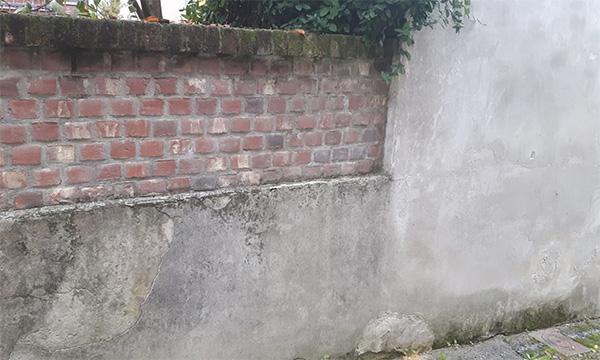 Muretto moderno con intonaco e malta tra i mattoni a base di cemento