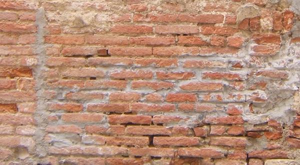 Errata ristilatura dei giunti di una muratura storica con malta di cemento