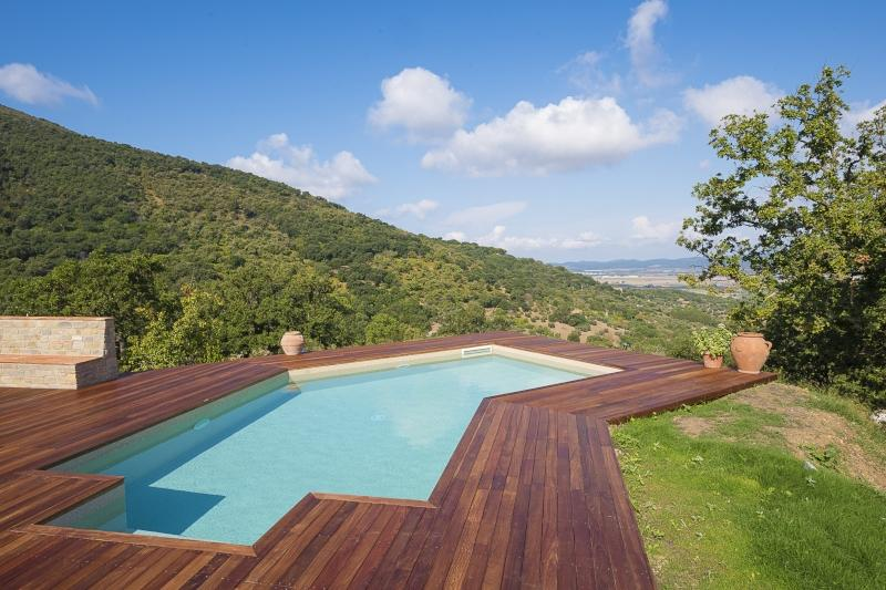 Piscina interrata con bordo in legno Grosseto