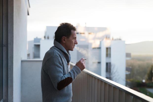 Fumo di sigaretta sul balcone