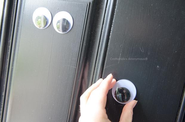 Occhi adesivi Halloween da attaccare alla porta di ingresso, da craftaholicsanonymous.net